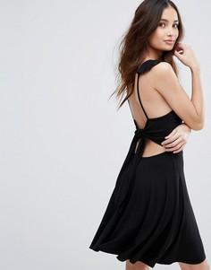 Короткое приталенное платье с завязкой на спине Boohoo - Черный