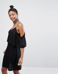 Платье с оборкой и открытыми плечами Monki - Черный