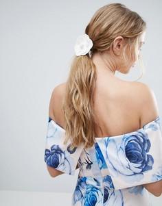 Резинка для волос с цветком из искусственной кожи ASOS - Белый