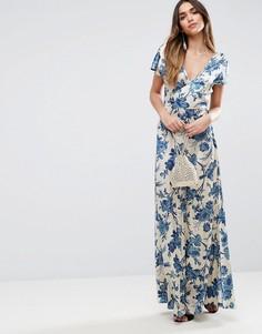 Атласное платье макси с запахом и синим принтом в восточном стиле ASOS PREMIUM - Мульти