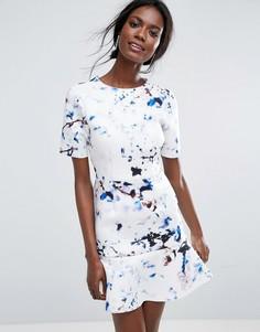 Платье-футболка мини с мраморным принтом и баской по краю ASOS - Мульти