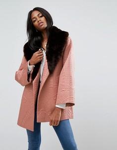 Жаккардовое пальто-кимоно с воротником из искусственного меха ASOS - Розовый