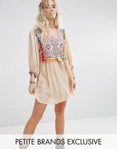 Свободное платье с вышивкой и помпонами Glamorous Petite - Кремовый
