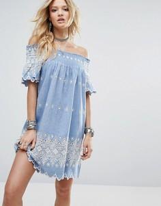 Свободное платье с открытыми плечами и цветочной вышивкой Glamorous - Синий