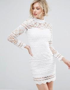 Платье кроше с высоким воротом и длинными рукавами Club L - Кремовый