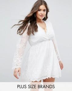 Кружевное короткое приталенное платье с запахом Boohoo Plus - Кремовый