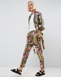 Атласные брюки с цветочным принтом и завязкой на поясе ASOS Made In Kenya - Мульти