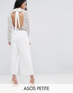 Кружевной комбинезон с открытой спиной и юбкой-шортами ASOS PETITE Premium - Белый