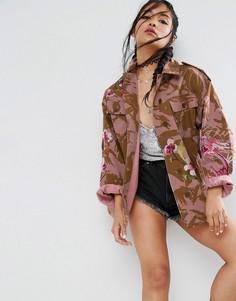 Розовая камуфляжная куртка с драконом и цветочной вышивкой ASOS - Мульти