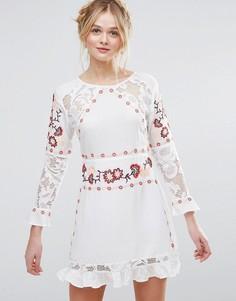 Короткое приталенное платье с длинными рукавами, вышивкой и кружевной вставкой Rd & Koko - Белый