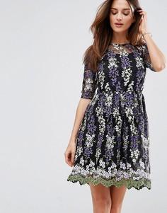 Короткое приталенное чайное платье с вышивкой Club L - Черный