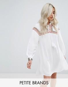 Свободное платье из жатой ткани с вышивкой Missguided Petite - Белый