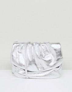 Кожаная сумка металлик через плечо со сборками ASOS - Серебряный