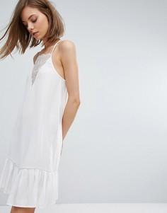 Платье-майка с кружевной вставкой и баской по краю Moss Copenhagen - Белый