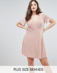 Короткое приталенное платье в рубчик с запахом и короткими рукавами с рюшами Club L Plus - Розовый