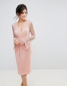 Сетчатое платье миди с V-образным вырезом и расклешенными рукавами Club L - Розовый