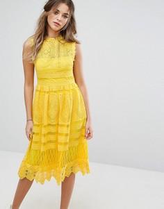Кружевное приталенное платье миди Boohoo - Желтый