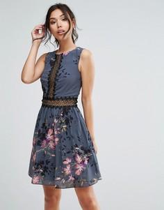Короткое приталенное платье с кружевом и цветочным принтом Little Mistress - Серый