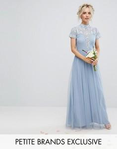 Декорированное платье макси с воротником-стойкой и короткими рукавами Maya Petite - Синий