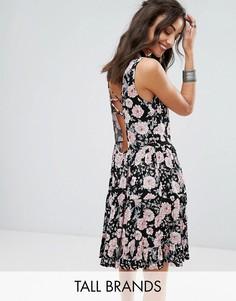 Свободное платье с цветочным принтом и завязкой на спине Glamorous Tall - Черный