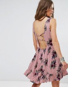 Свободное платье с цветочным принтом и завязкой на спине Glamorous - Розовый