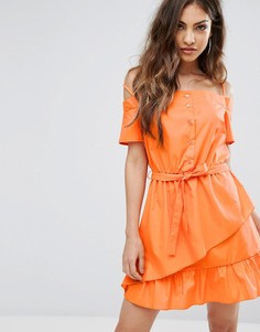 Платье мини с оборками и открытыми плечами PrettyLittleThing - Оранжевый
