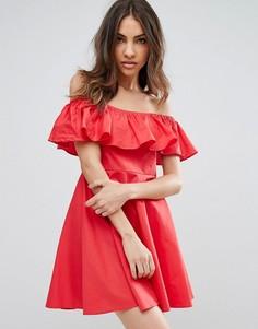 Платье с открытыми плечами и оборкой QED London - Красный