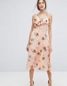 Платье миди с рюшами и цветочным принтом New Look - Розовый