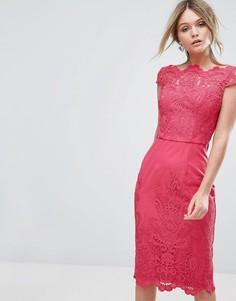 Платье-футляр с кружевом и широким вырезом Chi Chi London - Розовый