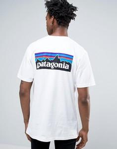 Белая футболка классического кроя с карманом и логотипом на спине Patagonia P-6 - Белый
