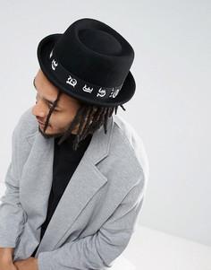 Черная шляпа с загнутыми кверху полями и лентой с принтом ASOS - Черный