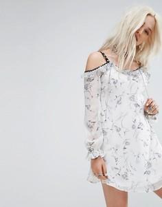Платье с открытыми плечами и оборками Glamorous - Белый