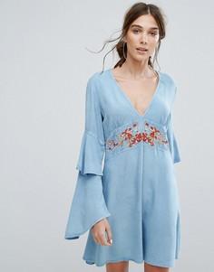 Чайное платье с V-образным вырезом, ярусными оборками на рукавах и цветочной вышивкой Neon Rose - Синий
