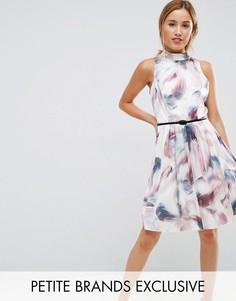 Короткое приталенное платье для выпускного с высоким воротом и принтом Little Mistress Petite - Мульти
