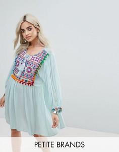 Свободное платье с вышивкой и помпонами Glamorous Petite - Синий