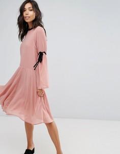 Приталенное платье с завязками на рукавах Vero Moda - Розовый