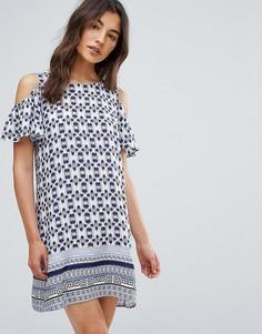 Платье с открытыми плечами, оборками и принтом QED London - Синий