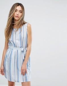 Платье в разноцветную полоску с поясом QED London - Синий