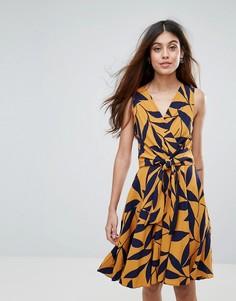 Платье с лиственным принтом и поясом Closet - Черный