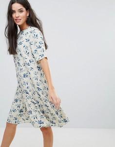 Платье с удлиненным подолом и принтом Y.A.S - Белый