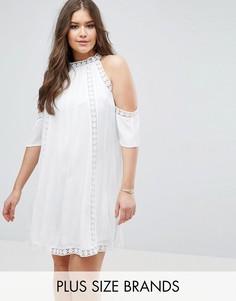 Платье с открытыми плечами и ажурной отделкой Boohoo Plus - Белый