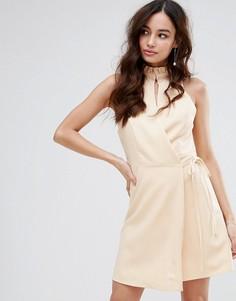 Платье с высоким воротом и запахом Fashion Union - Розовый