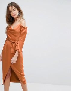 Атласное платье миди рыжего цвета со спущенными плечами и поясом Lavish Alice - Оранжевый