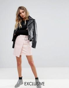 Виниловая мини-юбка с пряжкой на ремешке Missguided - Розовый