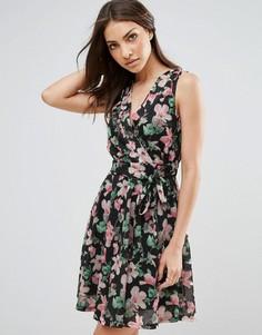 Короткое приталенное платье с принтом и запахом QED London - Мульти