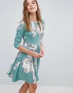 Короткое приталенное платье из ткани понте с цветочным принтом и рукавами 3/4 Closet - Мульти