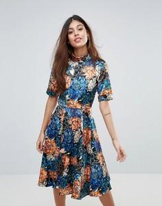 Короткое приталенное платье с цветочным принтом Closet - Мульти