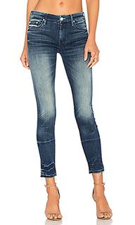 Узкие джинсы с потрепанным низом the looker - MOTHER