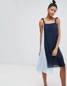 Плиссированное платье миди на тонких бретельках Monki - Синий