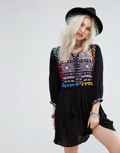 Свободное платье с вышивкой и помпонами Glamorous - Черный